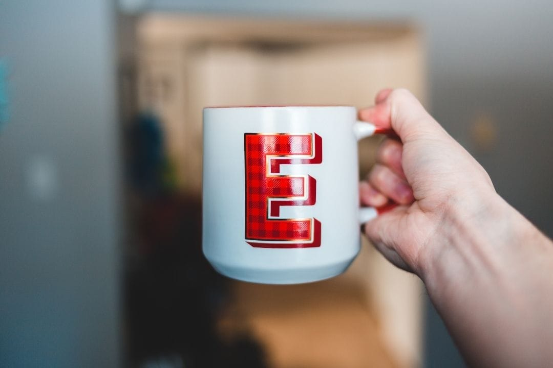 MUG WITH THE LETTER E WRITTEN ON IT